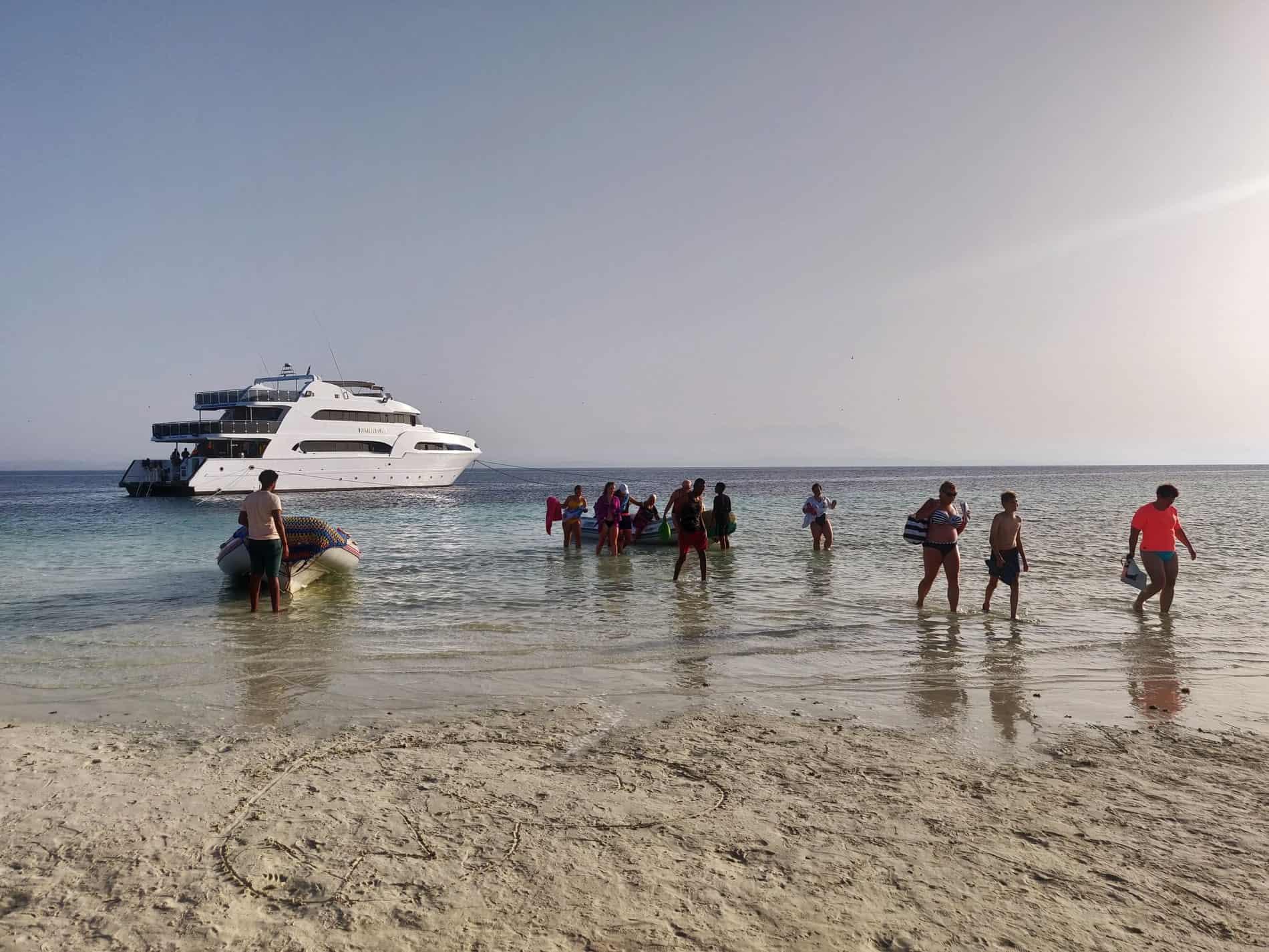 Siyal-Island-Snorkeling-Boat